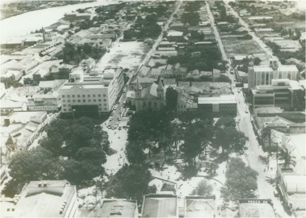 [Vista aérea da cidade] : Praça da Graça : [Associação Comercial de Parnaíba : Igreja Nossa Senhora das Graças] : Parnaíba, PI - [19--]