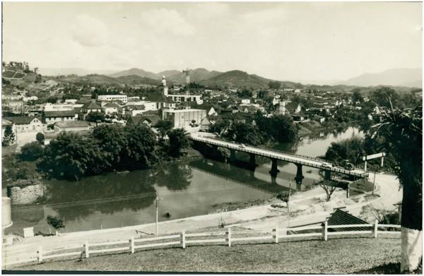 Rio Itapocu : Ponte Abdon Batista : [vista panorâmica da cidade] : Jaraguá do Sul, SC - [19--]