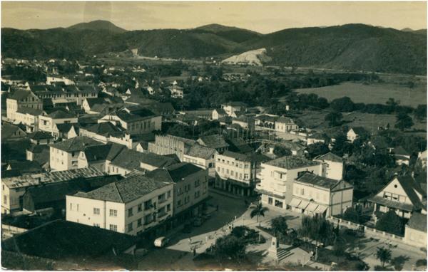 [Vista panorâmica da cidade] : Praça Barão von Schneeburg : [Avenida Cônsul Carlos Renaux] : Brusque, SC - [19--]