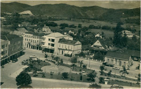 Praça Barão von Schneeburg : [Avenida Cônsul Carlos Renaux : vista panorâmica da cidade] : Brusque, SC - [19--]