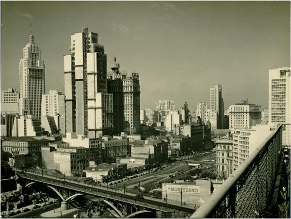 [Viaduto Santa Ifigênia : vista panorâmica da cidade : Edifício Altino Arantes] : São Paulo, SP - [19--]