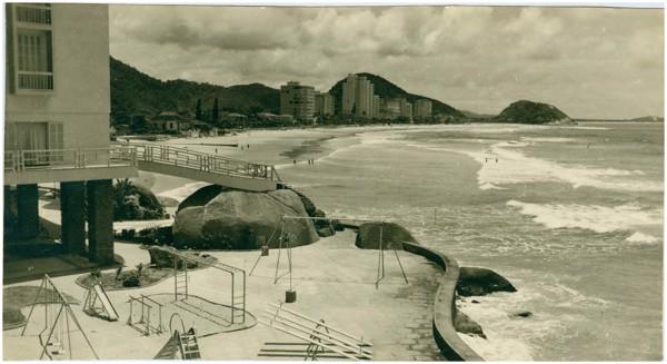 Hotel [Pousada] Sobre As Ondas : [Praia das Pitangueiras : vista panorâmica da cidade] : Guarujá, SP - [19--]