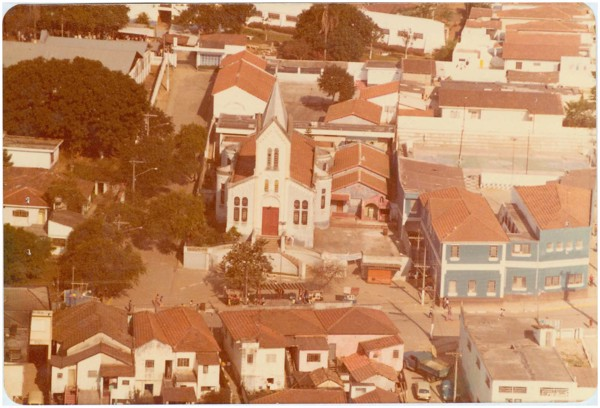 [Vista aérea da cidade : Igreja Matriz Nossa Senhora de Lourdes] : Poá, SP - [19--]